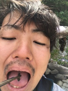 フナムシダンゴムシを食べるおがっち