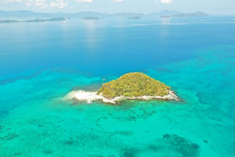 美しい海に囲まれた無人島